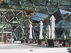 The terrace of the OlimpiCafé Bar in front of the modern part of the Bálna building that is constructed of many triangular glass panes - Budapešť, Maďarsko