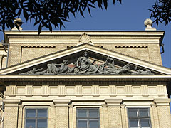 """The pediment of the main building of the Eötvös Loránd University (ELTE) Faculty of Humanities (BTK) with a triangular tympanum, including the """"Mineralogy"""" sculpture group - Budapešť, Maďarsko"""