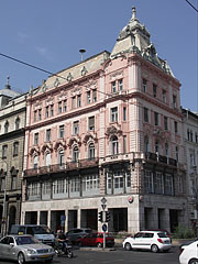 Thr pink colored Grünbaum-Weiner House (apartment building) - Budapešť, Maďarsko