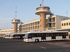 The Terminal 1 of the Budapest Ferihegy Airport (from 2011 onwards Budapest Ferenc Liszt International Airport) with airport buses in front of the building - Budapešť, Maďarsko