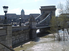 The Pest-side abutment of the Széchenyi Chain Bridge, with the Royal Palace of the Buda Castle in the background - Budapešť, Maďarsko