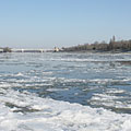 The view of the icy Danube River to the direction of the Árpád Bridge - Budapešť, Maďarsko
