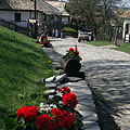 A street paved with natural stone, decorated with geranium flowers - Hollókő, Maďarsko