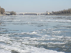 The cold, icy river and the Árpád Bridge, viewed from the Danube bank at Óbuda - Budapešť, Maďarsko