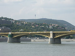 """The Margaret Bridge (""""Margit híd"""") over River Danube, as well as the Hármashatár Hill with the TV-tower in the background - Budapešť, Maďarsko"""