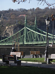 The view of the Liberty Bridge and the Gellért Hill from the Danube bank at Pest, from the park beside the Corvinus University - Budapešť, Maďarsko