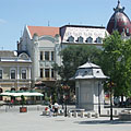 One of the renewed squares of Nagykőrös, with the Post Palace in the background - Nagykőrös, Maďarsko