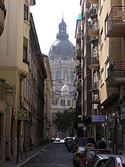 The St. Stephen's Basilica can be seen at the end of the street - Budapeşte, Macaristan