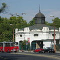 """The white monumental building is an old merry-go-round, it belongs to the Budapest Amusement Park (""""Budapesti Vidám Park"""") - Budapeşte, Macaristan"""