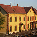 The yellow older building of the Mátészalka Railway Station (today it is a railway history museum) - Mátészalka, Macaristan