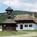 A small wooden belfry from Felsőszenterzsébet, and the house from Baglad is behind it - Szentendre, Ungaria