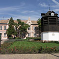 The Clock Tower in the small flowered park, and the Vaszary János Primary School is behind it - Tata, Hungria