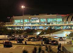 Budapest Liszt Ferenc Airport, Terminal 2B with the parking lot in the foreground - Budapest, Hungría