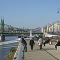 Pleasant late-autumn sunshine on the promenade on the Danube bank (and the green colored Liberty Bridge in the background) - Budapest, Hungría