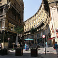 "The corner of Anker House and the circular arc shaped ""Anker köz"" pedestrian street - Budapest, Hungría"