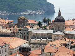 The cathedral of Dubrovnik is dedicated to Virgin Mary, and in the distance it is Lokrum Island - Dubrovnik (Ragusa), Croacia