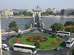 Roundabout on the Danube bank in Buda, on the square between the Széchenyi Chain Bridge and the entrance of the Buda Castle Tunnel - Budapest, Hongrie
