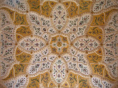 Typical Hungarian secession style (in other words Art Nouveau) patterns and motifs at the entrance, on the ceiling - Budapest, Hongrie