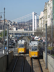 Yellow trams (line 2) on the downtown Danube bank (so on the Pest side of the river) - Budapest, Hongrie