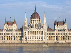 The cleaning and restoration of the Danube-side facade of the Hungarian Parliament Building was fully completed in 2009 (viewed from the Batthyány Square) - Budapest, Hongrie