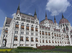 """The southern wing of the Hungarian Parliament Building (""""Országház""""), viewed from the main square - Budapest, Hongrie"""