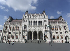 """The beautifully renovated Hungarian Parliament Building (""""Országház""""), the facade that overlooks the square and has the main entrance - Budapest, Hongrie"""