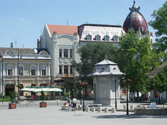 One of the renewed squares of Nagykőrös, with the Post Palace in the background - Nagykőrös, Unkari