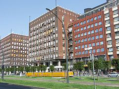 """The """"Madách"""" residental building complex, and on the right the """"Európa Center"""" office building - Budapeszt, Węgry"""