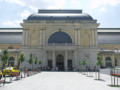 The ornate departure hall of the Keleti Railroad Station from outside - Budapeszt, Węgry