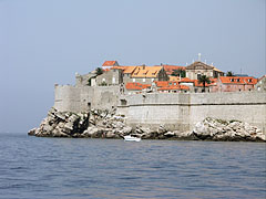 """City wall of Dubrovnik from the bay (and on the right the Church of St Ignatius, """"Crkva svetoga Ignacija"""", with the cross on its top) - Dubrownik, Chorwacja"""