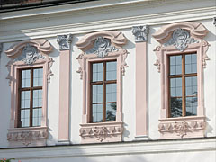 The windows of the Grassalkovich Palace - Gödöllő, Угорщина