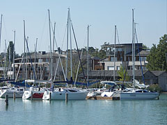 Yacht marina and a little farther the buildings of the 4-star Hotel Silver Resort - Balatonfüred, Ungarn