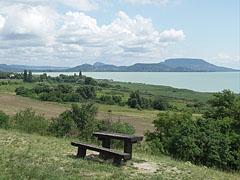 """The Szigliget Bay of Lake Balaton and some butte (or inselberg) hills of the Balaton Uplands, viewed from the """"Szépkilátó"""" lookout point - Balatongyörök, Ungarn"""