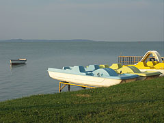 Typical landscape of the southern shoreline of the Balaton Lake, the free beach in Balatonlelle with pedal boats - Balatonlelle, Ungarn