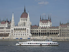 """Danube with the impressive building of the Hungarian Parliament (""""Országház""""), viewed from Bem Quay (embankment) - Budapest, Ungarn"""