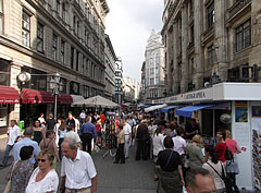 """Shops of book publishers on the occasion of the Festive Book Week (or """"Festival Week of Books"""") on Váci Street - Budapest, Ungarn"""