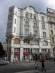 """Zsolnay House or """"House to the Elephant"""" (it was built in 1899) - Budapest, Ungarn"""