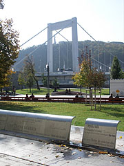 Contemporary fountain in the square, the Elisabeth Bridge and the Gellért Hill in the background - Budapest, Ungarn