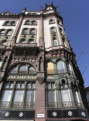 The eclectic style Brudern House (formerly also known as IBUSZ Palace, there is the Paris Courtyard shopping arcade within it) - Budapest, Ungarn