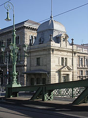 """The other former customs house of the Liberty Bridge (""""Szabadság híd""""), in front of the main building of the Corvinus University - Budapest, Ungarn"""