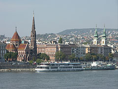 The Buda bank of the Dabube with the characteristic brick walled Reformed (Protestant) Church on the Szilágyi Dezső Square and the twin-towered St. Anne's Parish Church - Budapest, Ungarn