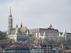 The sight of the Matthias Church, the Fisherman's Bastion and the modernistic wing of the luxury Hotel Hilton Budapest from the other side of the Danube River, from Pest - Budapest, Ungarn