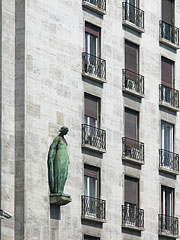 """Bronze female figure on the apartment building of the former """"Georgia"""" Insurance Company - Budapest, Ungarn"""