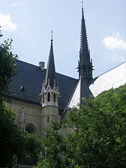 The natural slate roof of the Church of St. Elizabeth of Hungary, the nave with two ridge turrets or spirelets - Budapest, Ungarn