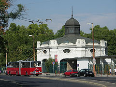 """The white monumental building is an old merry-go-round, it belongs to the Budapest Amusement Park (""""Budapesti Vidám Park"""") - Budapest, Ungarn"""