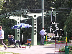 """The """"Libegő"""" chairlift (elevated passenger ropeway with hanging chairs) operates between Zugliget and the János Hill - Budapest, Ungarn"""