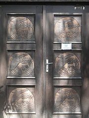 The wooden door of the Fácános House with carved bird figures - Budapest, Ungarn