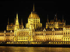 """The Hungarian Parliament Building (the Hungarian word """"Országház"""") and River Danube by night - Budapest, Ungarn"""