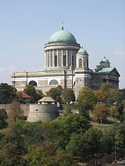Cathedral of Esztergom (Primatial Basilica of the Blessed Virgin Mary Assumed Into Heaven and St Adalbert) viewed from the calvary on Szent Tamás Hill - Esztergom (Gran), Ungarn