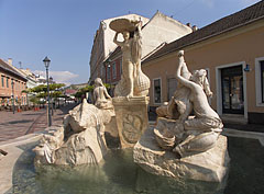 """Ister Fountain (in Hungarian """"Ister-kút"""") with five women sculpture in the water - Esztergom (Gran), Ungarn"""
